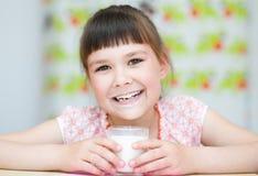 lait en verre de fille Photo stock
