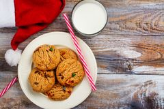 Lait et biscuits chapeau pour de Santa Claus et de Santa ` s au-dessus de CCB en bois Photo libre de droits
