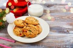 Lait et biscuits chapeau pour de Santa Claus et de Santa ` s au-dessus de CCB en bois Photos libres de droits