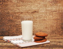 Lait et biscuits frais Photographie stock