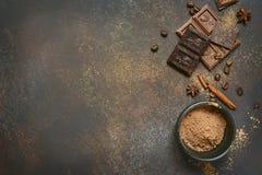 Lait et chocolat amer avec du cacao et des épices Vue supérieure avec la Co Photographie stock libre de droits
