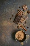 Lait et chocolat amer avec du cacao et des épices Vue supérieure avec la Co Images libres de droits