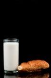 Lait et croissant Photo stock