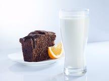 Lait et gâteau Photographie stock libre de droits