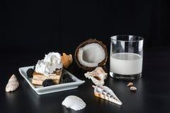 Lait et gâteau de noix de coco en verre avec des mûres image stock