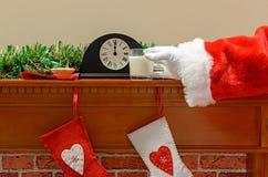 Lait et mince pie de Santa Photos libres de droits