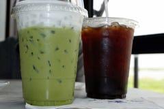 Lait froid de thé vert et café noir froid images libres de droits