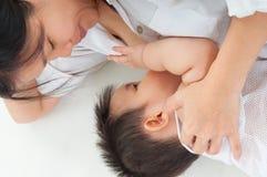 Lait maternel potable de bébé asiatique Photographie stock libre de droits