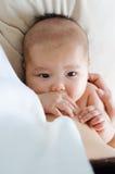 Lait maternel potable de bébé asiatique Images stock