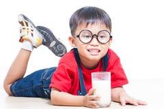 Lait mignon de boissons de garçon Photo libre de droits