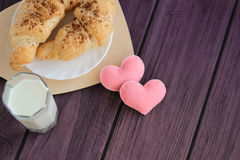 Lait savoureux de petit déjeuner, croissants et coeurs felted photographie stock libre de droits