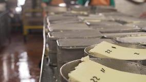 Laitages de finition dans des récipients en métal banque de vidéos