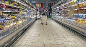 Laitages frais dans un supermarché Photos libres de droits
