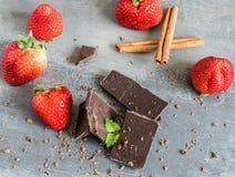 Laiterie et chocolat amer avec des fraises et des feuilles en bon état Images libres de droits