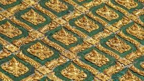 Laithai da parede do ouro do templo em Tailândia fotos de stock royalty free