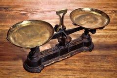 Laiton de vieux poids antique et échelle de mesure de fer Photographie stock