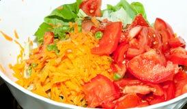 Laitue et tomates avec le raccord en caoutchouc Photographie stock libre de droits