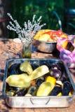 Laitue marinée et aubergines grillées sur la table d'une maison de campagne et un bouquet de lavande Photos libres de droits