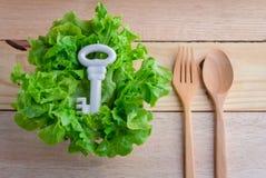 Laitue saine de concept de nourriture et clé blanche avec la fourchette en bois et Photographie stock