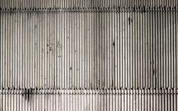 Laje com nervuras da placa do assoalho do metal na frente da escada rolante Imagem de Stock
