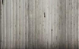 Laje com nervuras da placa do assoalho do metal na frente da escada rolante Imagens de Stock Royalty Free