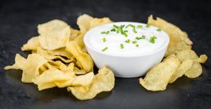 Laje da ardósia com gosto de Chips Sour Cream da batata foto de stock royalty free