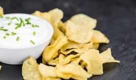 Laje da ardósia com gosto de Chips Sour Cream da batata imagem de stock