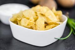 Laje da ardósia com gosto de Chips Sour Cream da batata fotos de stock