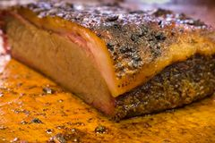 Laje da carne do peito do assado na placa de corte Foto de Stock