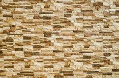 Lajes decorativas do revestimento do relevo que imitam pedras na parede Fotos de Stock Royalty Free