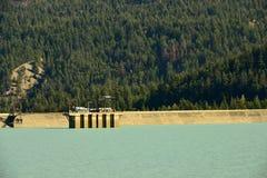 Lajoie fördämning på Downton sjöbehållaren, British Columbia, Kanada Royaltyfri Fotografi