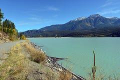 Lajoie fördämning, väg och berg, i British Columbia, Kanada Royaltyfria Bilder