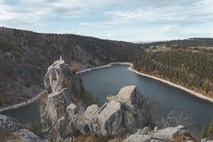 Lak Blanc van wandelingssleep door de de Vogezen-bergen in Frankrijk Mooi helder blauw bergmeer met standbeeld bovenop rots stock fotografie