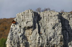 Lakatnik的红色木登山人房子晃动,伊斯克尔河污蔑,索非亚省 库存图片