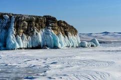 Lake Baikal покрыто с льдом и снег, сильный холод, толщиной освобождает голубой лед Вид сосулек от утесов Lake Baikal морозное стоковая фотография rf