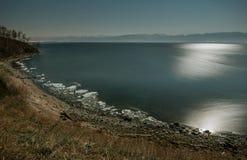 Lake Baikal i månskenet royaltyfria bilder