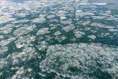 Lake Baikal i vår Sikten av isdrivan i det lilla havet från det kust- vaggar Royaltyfri Fotografi