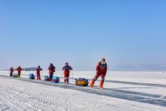 LAKE BAIKAL IRKUTSK REGION, RYSSLAND - mars 08, 2017: Åka skridsko expedition i polar utrustning Royaltyfri Foto