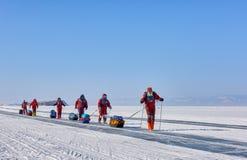 LAKE BAIKAL IRKUTSK REGION, RYSSLAND - mars 08, 2017: Expedition på is av Baikal som testar arktisk utrustning i cond för låg tem arkivfoton