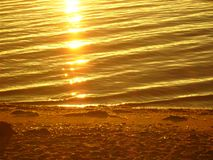 Lake Baikal p? sommar Reflexion av solen p? soluppg?ng royaltyfria foton