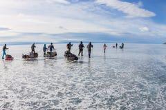 Lake Baikal Ryssland - mars 24, 2016: Grupp av turistvuxna människor a Arkivfoto