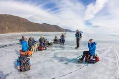 Lake Baikal Ryssland - mars 24, 2016: Grupp av turistvuxna människor a Arkivfoton