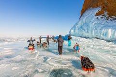 Lake Baikal Ryssland - mars 24, 2016: Grupp av turistvuxna människor a Arkivbilder