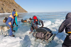 Lake Baikal Ryssland, mars 24 Korsningen till och med sprickan in Arkivfoto