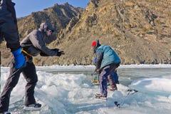 Lake Baikal Ryssland, mars 24 Korsningen till och med sprickan in Arkivbilder