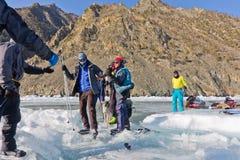 Lake Baikal Ryssland, mars 24 Korsningen till och med sprickan in Royaltyfria Foton