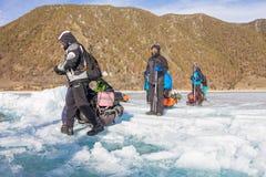 Lake Baikal Ryssland - mars 24, 2016: Männen släpade isen sl Royaltyfria Foton