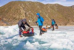 Lake Baikal Ryssland - mars 24, 2016: Männen släpade isen sl Arkivfoton