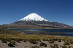 ]Lake Chungar with  Parinacota Vulcaan Royalty Free Stock Photography