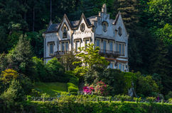 Lake Como 7. Lake Como has beautiful housing and estates surrounded by lush forrest and mountains Royalty Free Stock Photos